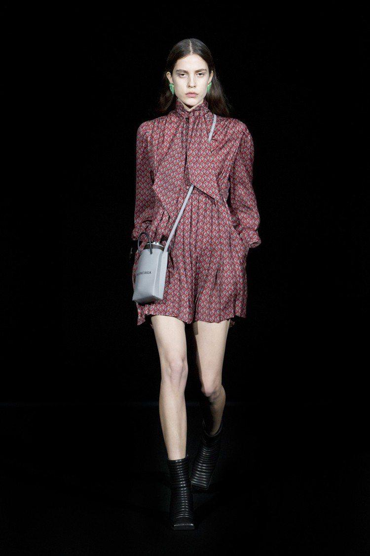 經典購物袋手機包有黑、白、灰3色款式。圖/Balenciaga提供