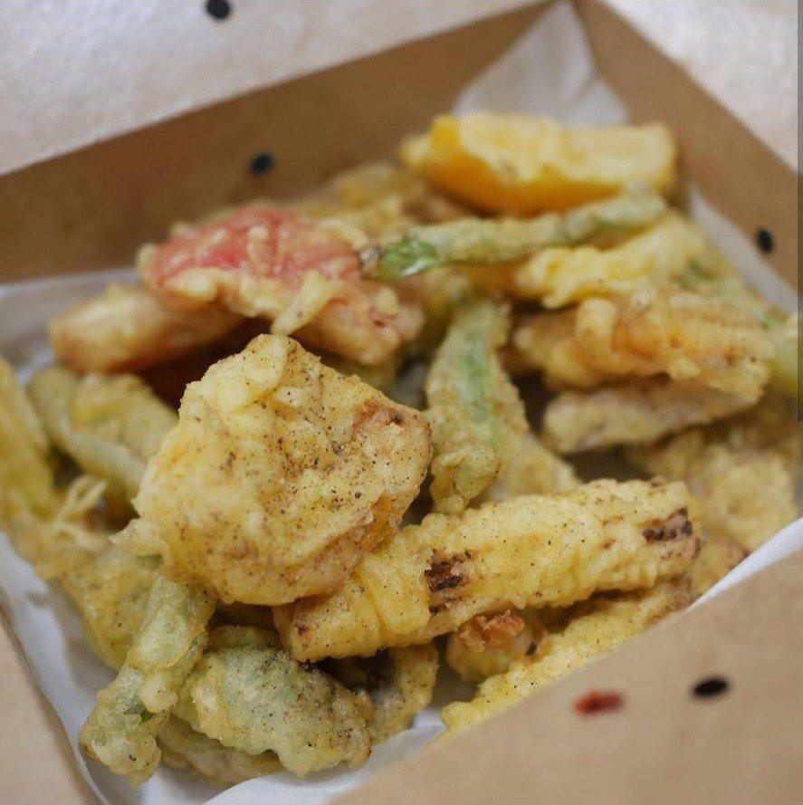 吃炸物必點的蔬菜類「酥炸時蔬」品項不少。IG @maggiechu97提供