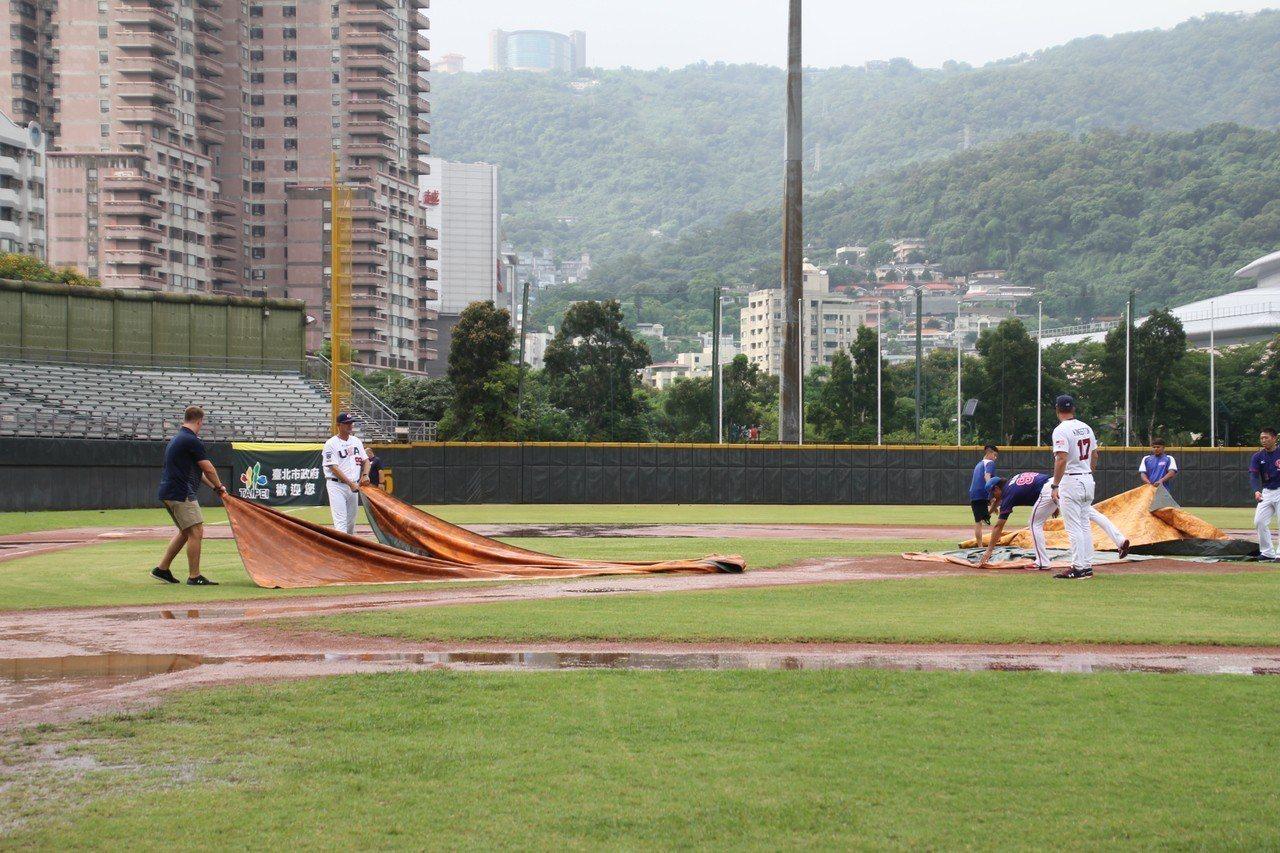 比賽不斷受雨勢影響,美國大學隊教練團、職員協助整理場地。記者葉姵妤/攝影