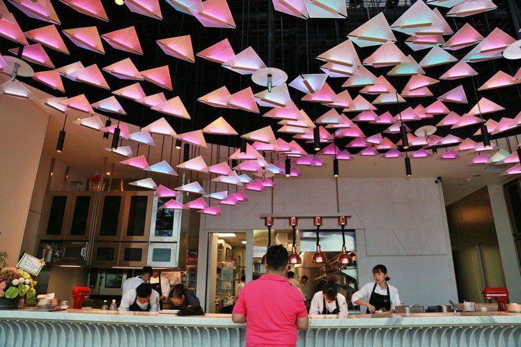 不同餐期,餐廳內的風格也會隨之變化。記者魏妤庭/攝影