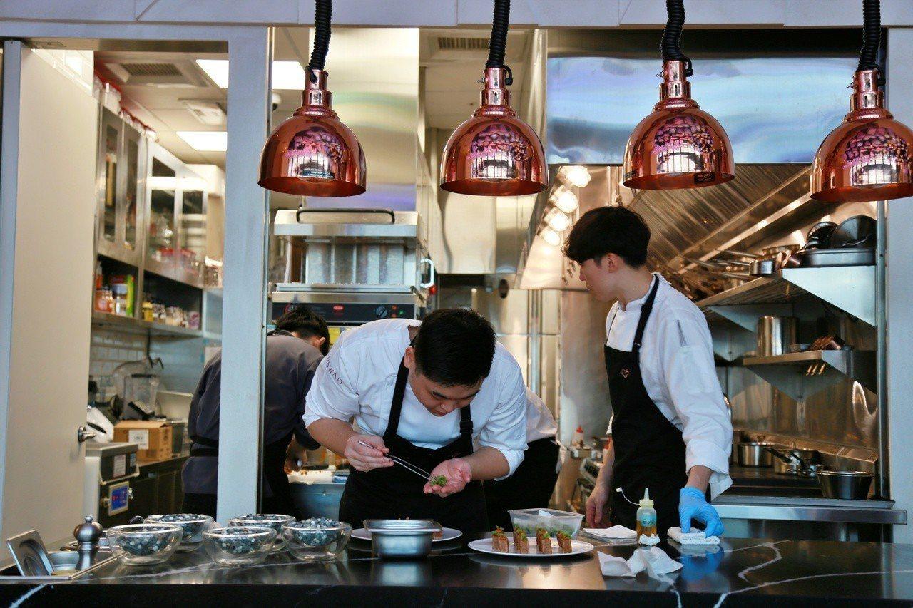 開放式廚房可以讓客人看到主廚做菜過程。記者魏妤庭/攝影