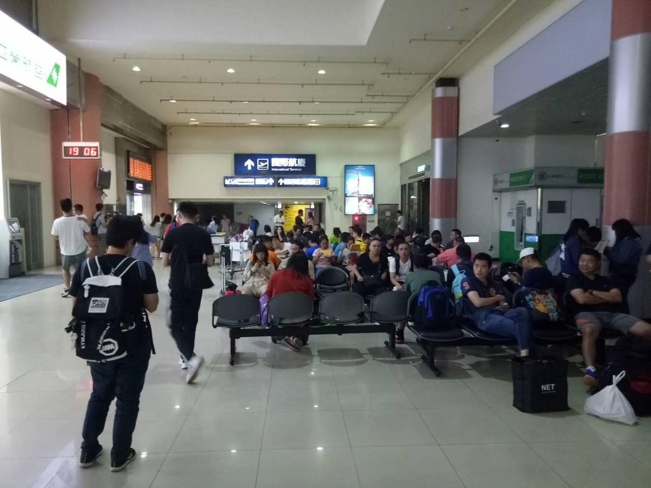 經國號戰機今天下午迫降台中清泉崗機場,導致跑道封閉1小時,影響多班航班起降,約數...