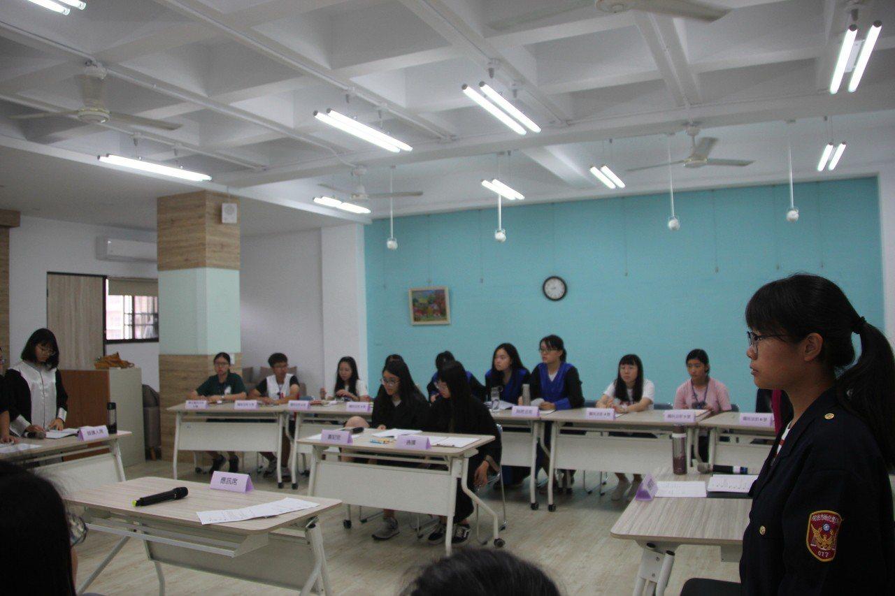 彰化女中今天舉辦「國民參審模擬法庭」,學生扮演法官、檢察官、律師、被告與證人等,...