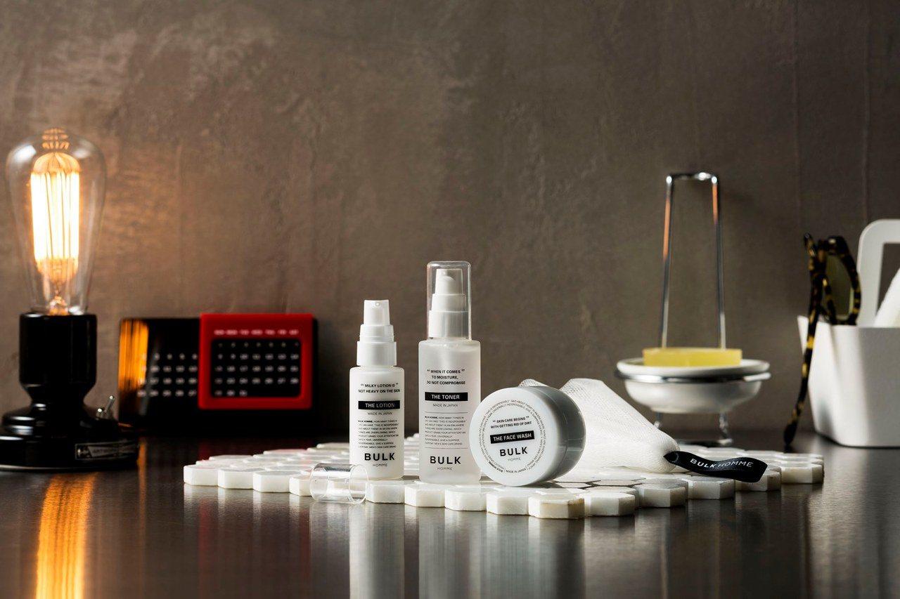 台隆手創館推出BULK HOMME本客基礎入門組,內含潔顏霜、化妝水、乳液、起泡...