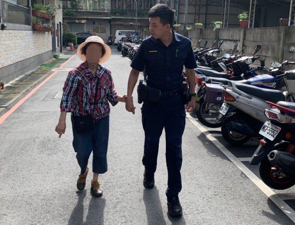 警員見老婦迷路,不僅利用M-POLICE人臉辨識系統查出老婦住所,還熱心帶著老婦...