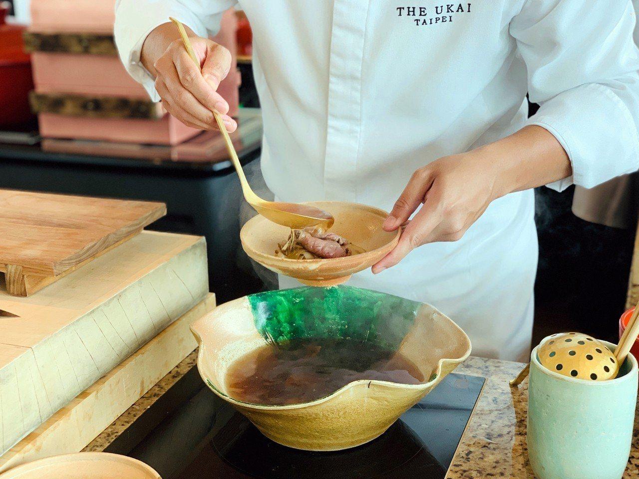 「日本和牛鍋物」將厚切田村牧場和牛肉片輕涮,再結合牛蒡薄片。記者張芳瑜/攝影