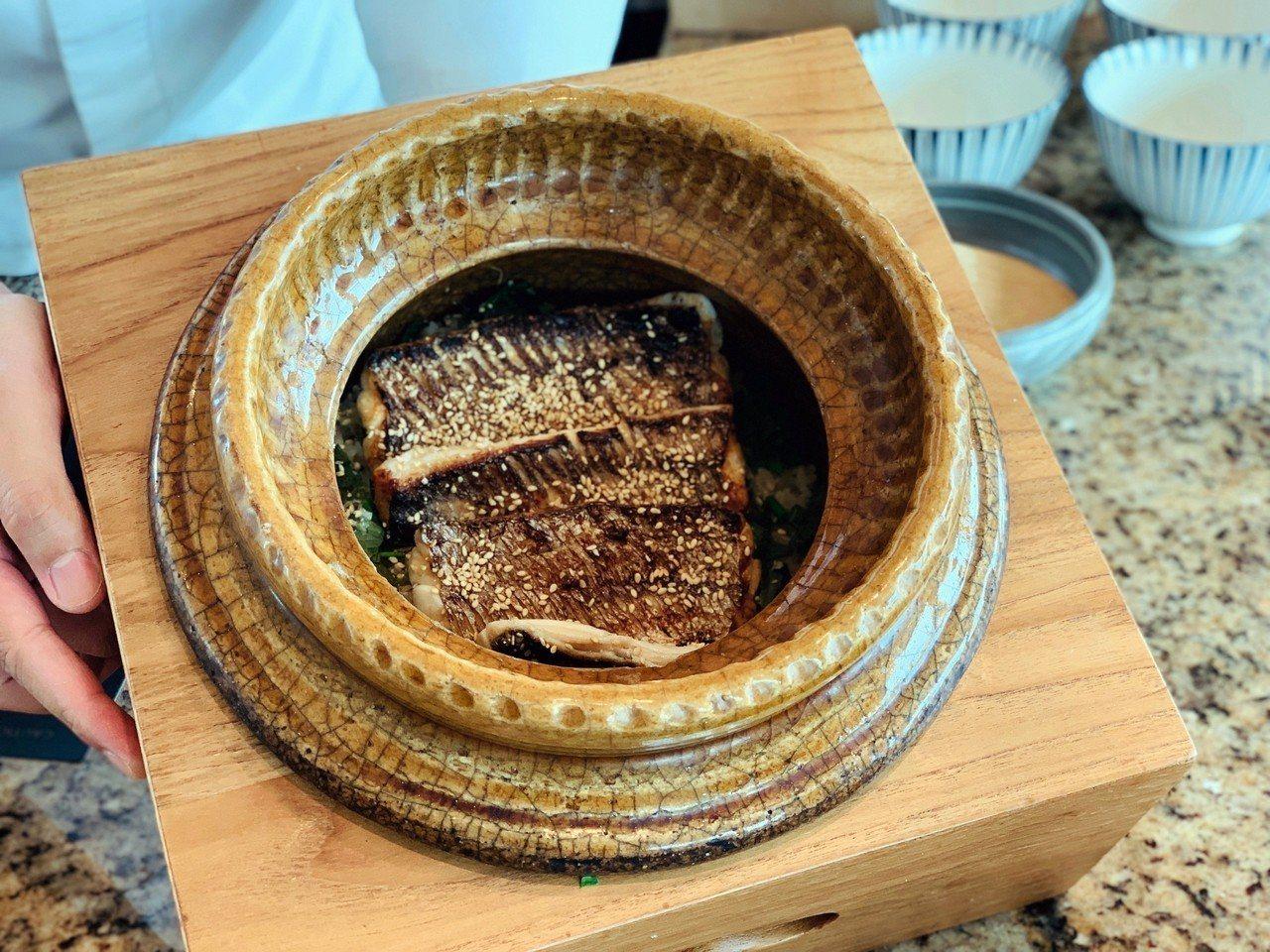 炭烤太刀魚土鍋炊飯。記者張芳瑜/攝影