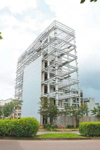 員林市一棟5樓透天厝卻用H鋼骨加長加高,網友直呼「最狂的增建」,公所已勒令停工。...