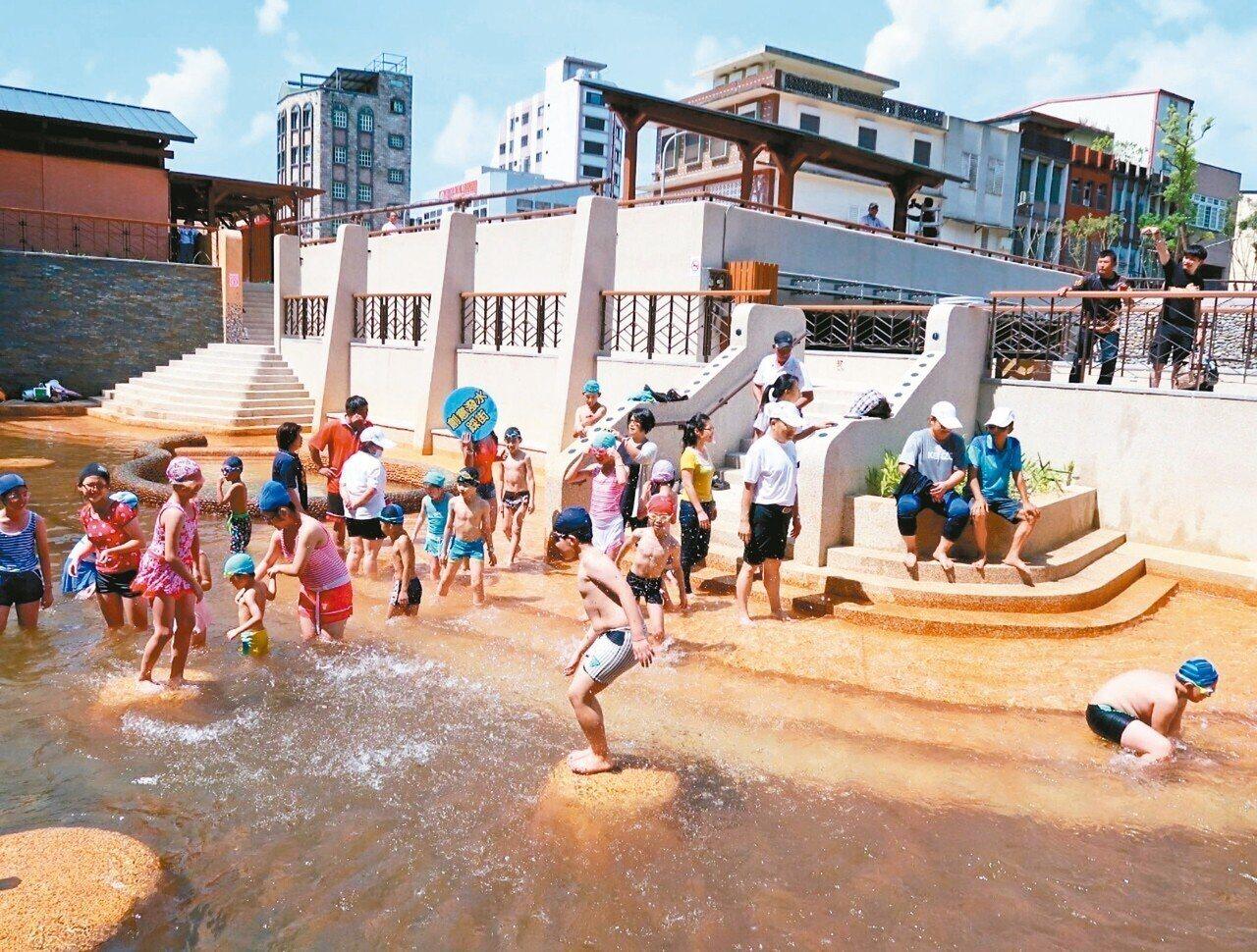 全世界唯二的蘇澳冷泉新園區昨天試營運,大眾池免費體驗。 圖/蘇澳鎮公所提供