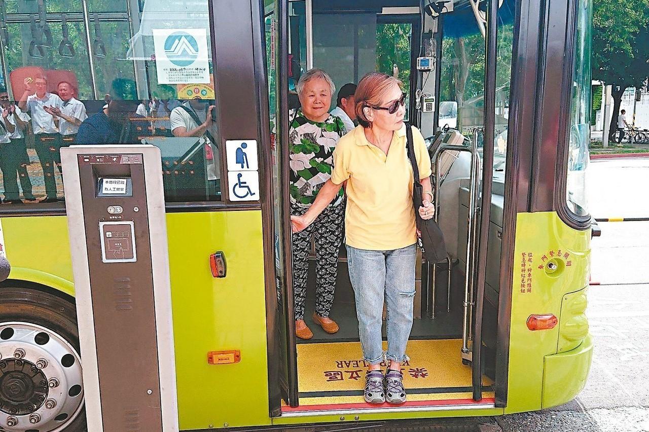 北市公車友善運動 老乘客跌倒率沒減