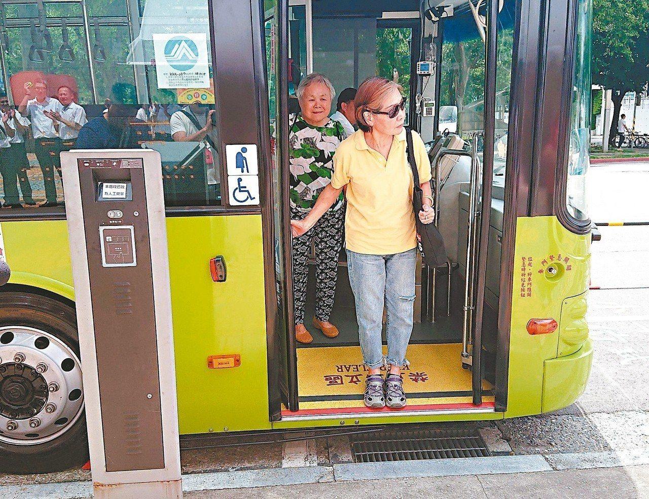 根據公運處統計,北市今年一到五月底有85位乘客在公車上跌倒,60歲以上老人高達6...