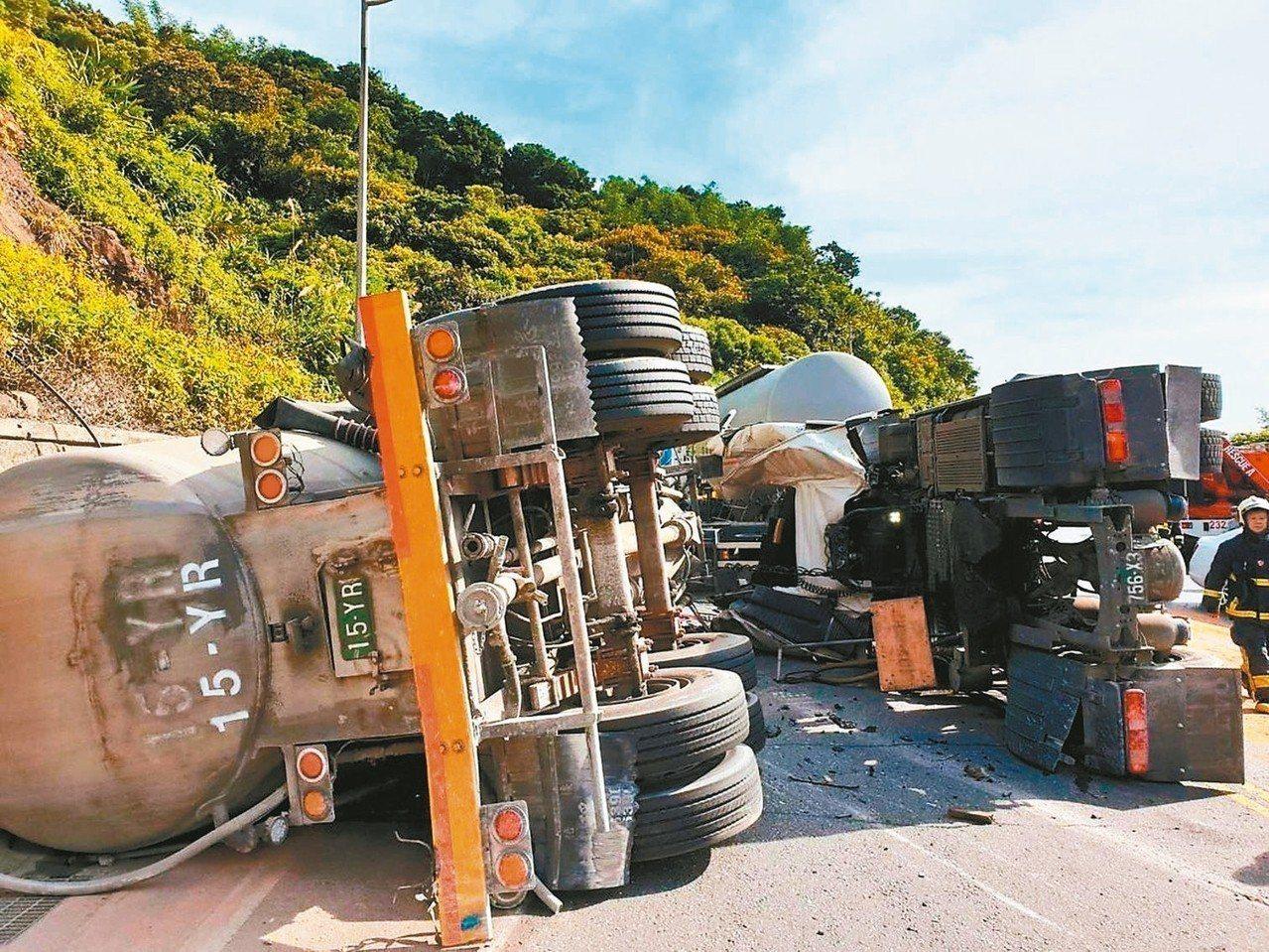 台2線貢寮段86公里處,前天發生兩水泥車相撞,造成1死1傷;巧的是,3年前的同一...