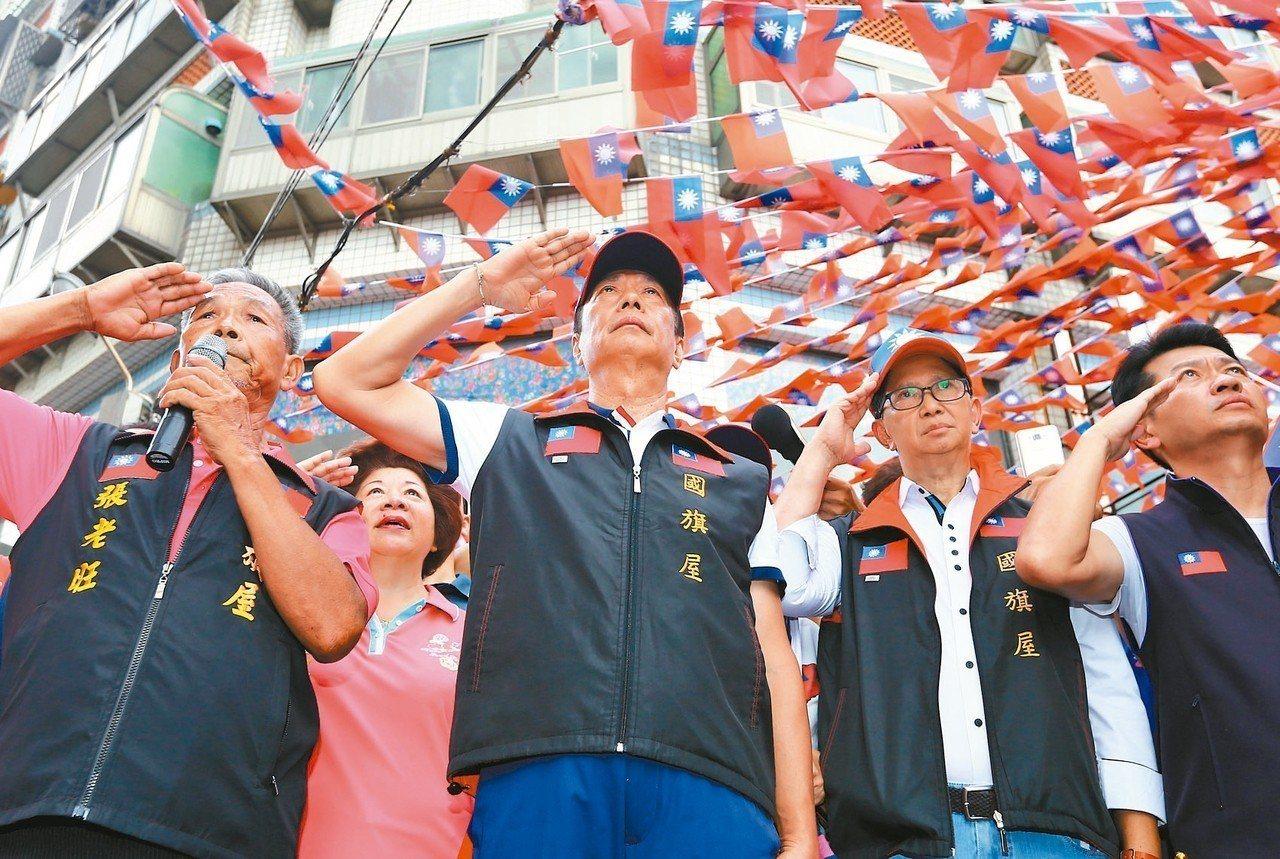 國民黨總統初選參選人郭台銘(左二),昨天到中壢向國旗敬禮。 記者杜建重/攝影
