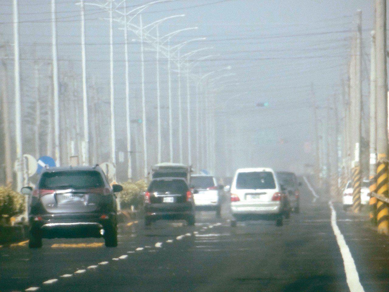 雲林空汙全台最嚴重,公路或空曠地有時霧茫茫。 記者蔡維斌/攝影