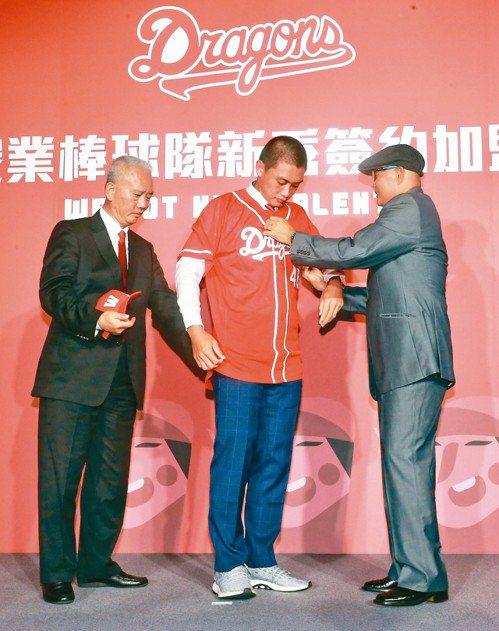 味全龍新秀加盟記者會,選秀狀元劉基鴻穿上球衣。 記者黃義書/攝影
