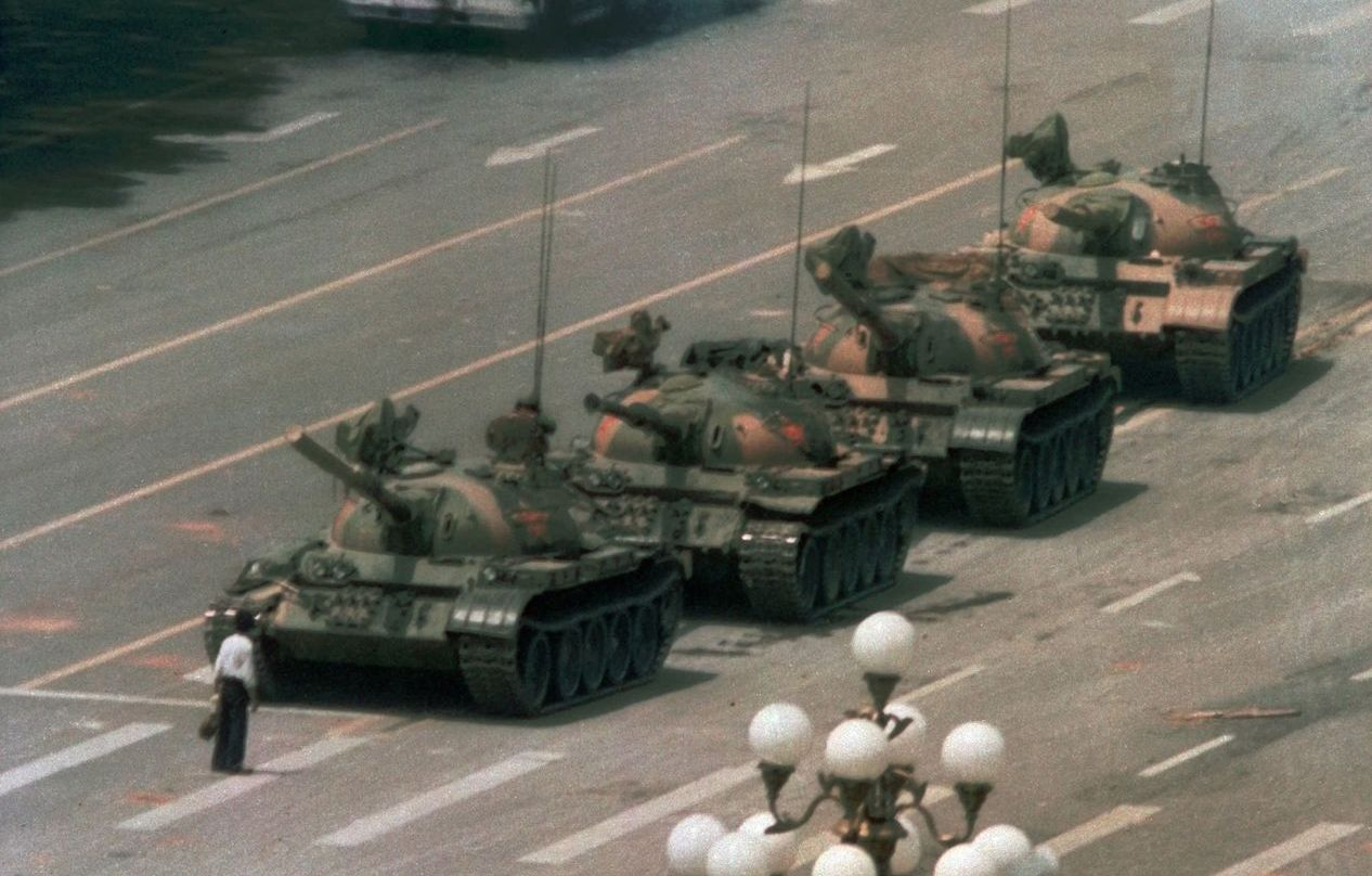 1989年6月5日,一列坦克開進長安大街,被一名男子擋下,留下這幅六四著名的畫面...