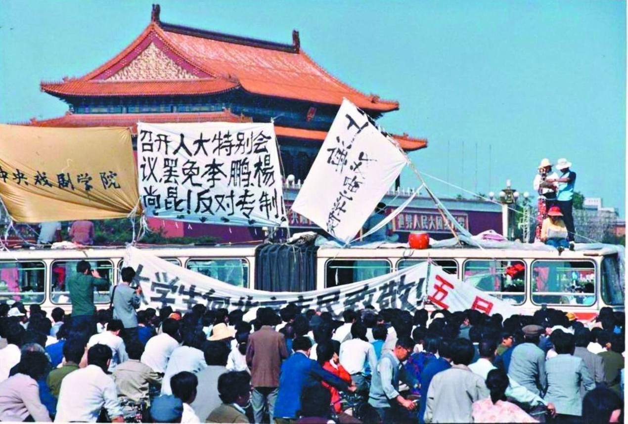 1989年天安門事件,學生們在天安門前掛出標語要求罷免李鵬、楊尚昆,反對專制。 ...