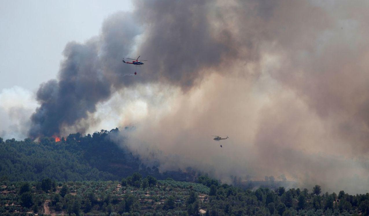 致命熱浪席捲歐洲,西班牙加泰隆尼亞山區森林6月27日熱到發生火災,直升機趕往救火...