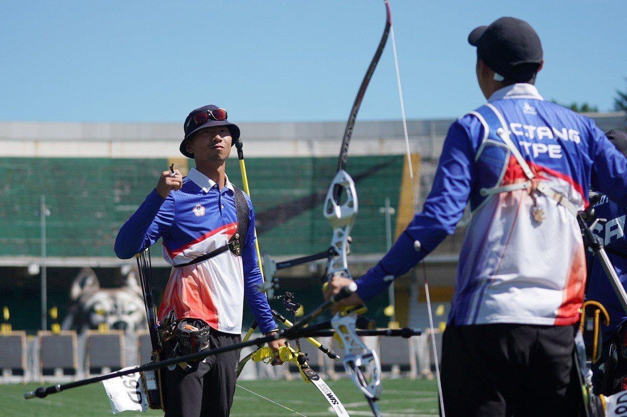魏均珩(左)和湯智鈞攜手射進射箭反曲弓男團金牌戰。 圖/大專體育總會提供