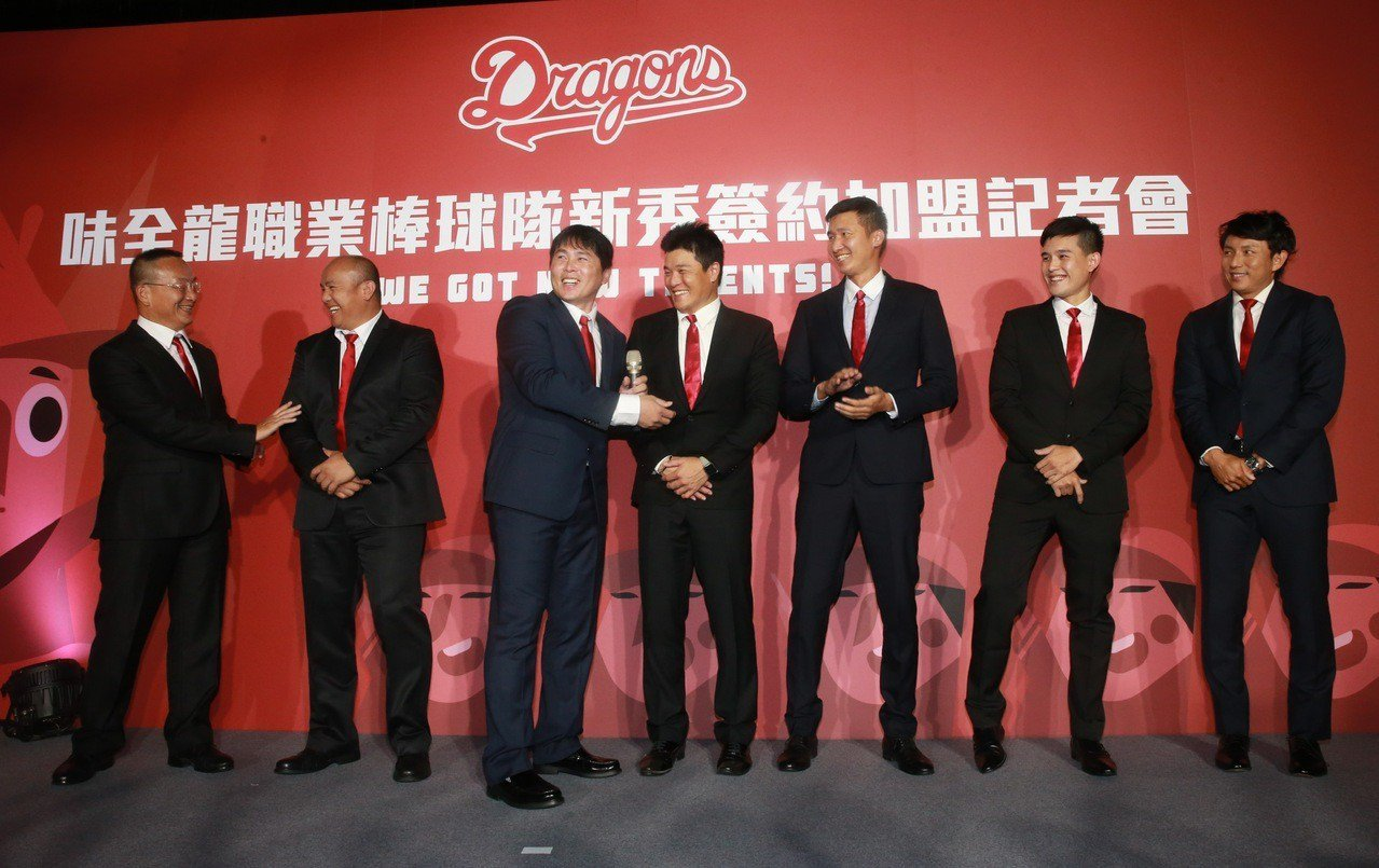 味全龍總教練葉君璋(左三)介紹教練團成員。 記者黃義書/攝影