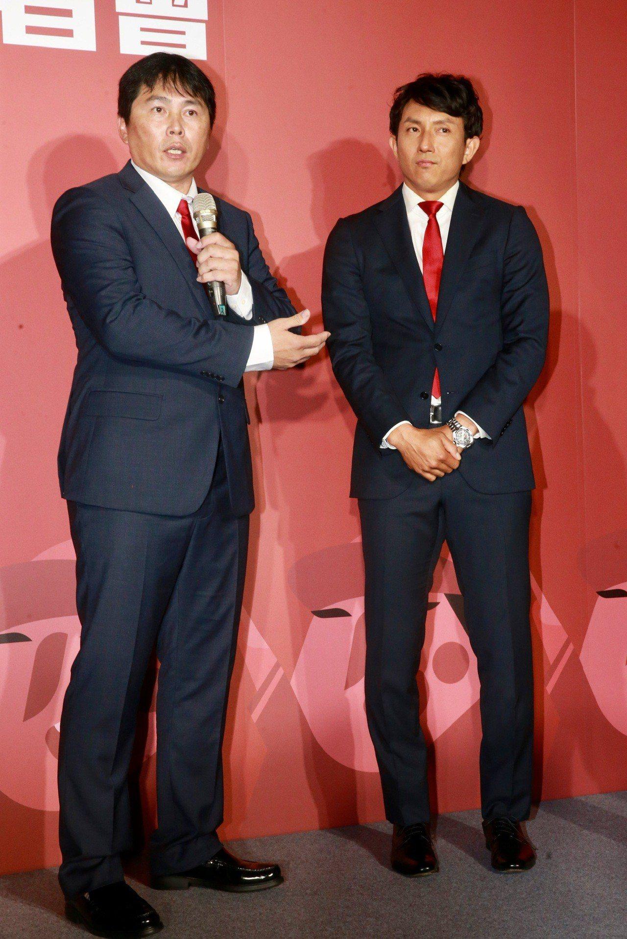 味全龍總教練葉君璋(左)介紹川崎宗則。 記者黃義書/攝影