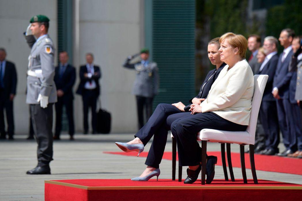 德國總理梅克爾11日被拍到第三度顫抖,當時她正迎接丹麥總理佛瑞德里克森來訪,選擇...