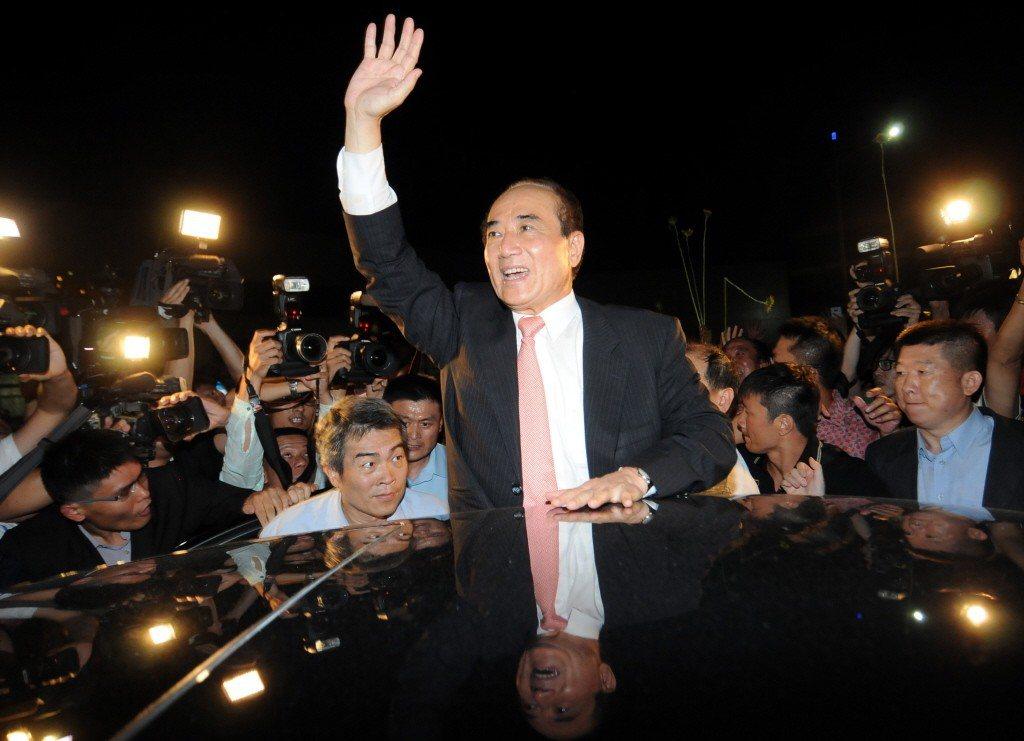 立法院前院長王金平(中)2013年返台,數百位支持鄉親及媒體擠爆桃園機場。圖/聯...