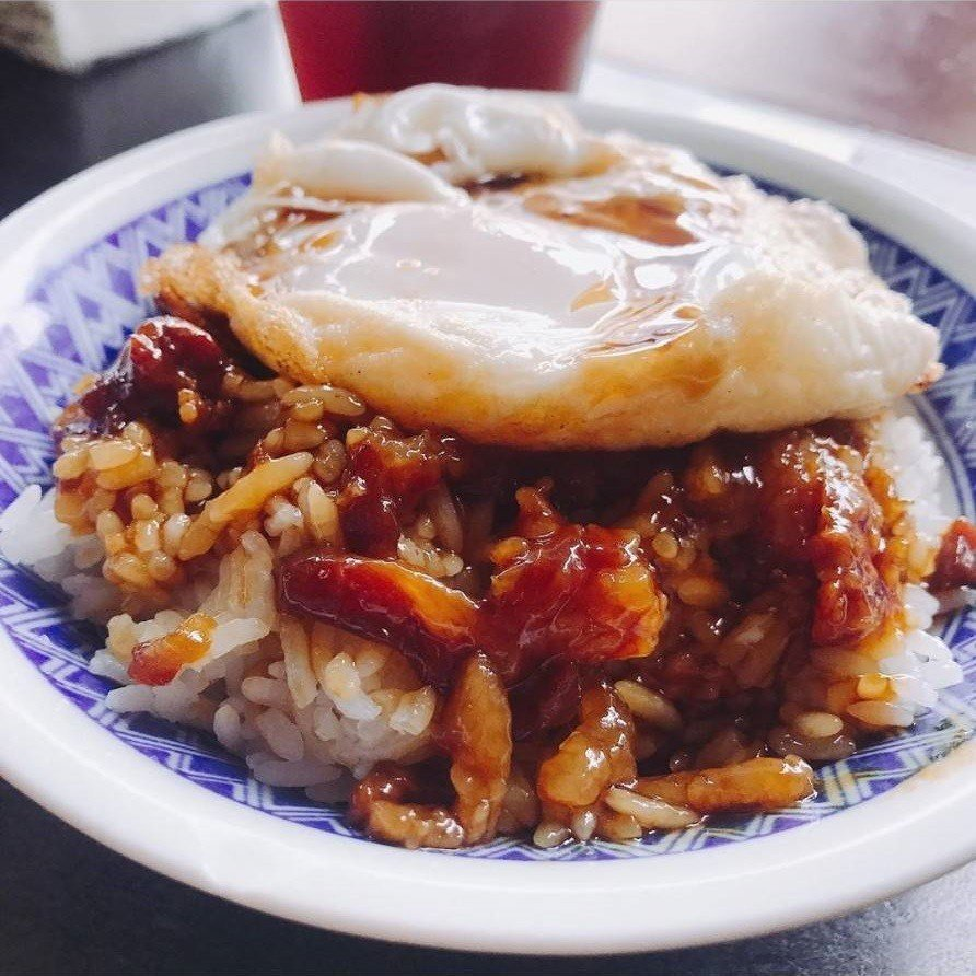宜蘭「阿德早午餐」滷肉飯有點黏稠膠質,加上滑嫩荷包蛋絕配。IG @carol.h...