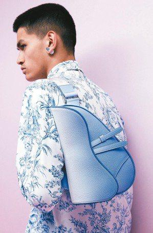 Dior的法式印花圖騰清新素雅,搭配漸層色馬鞍包,展現濃厚文藝風采。 圖/Dio...