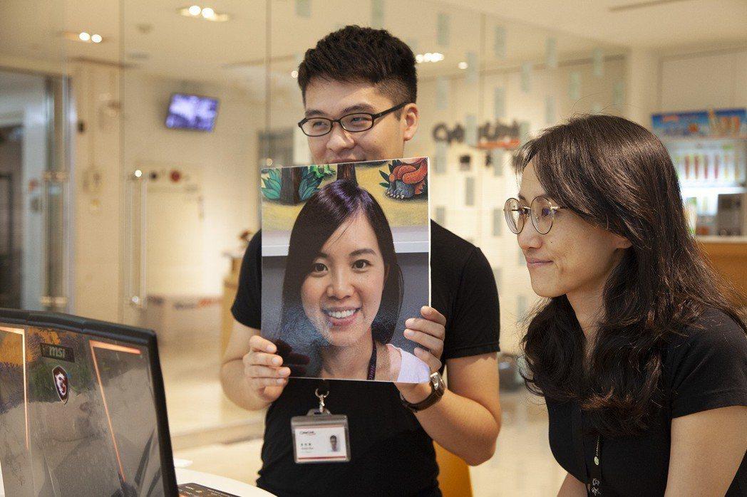 FaceMe另支援2D防偽技術,透過手機、平版上的2D鏡頭進行臉部辨識,拿著人像...