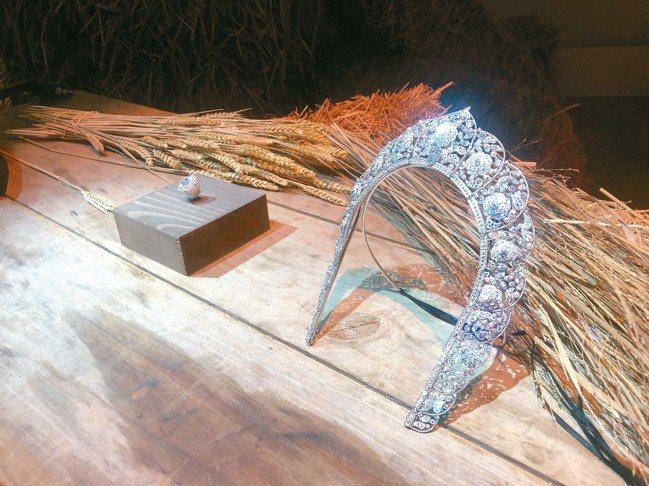 以象徵俄羅斯的麥穗與稻草展示傳統頭飾Kokoshnik作為靈感設計的Sarafa...
