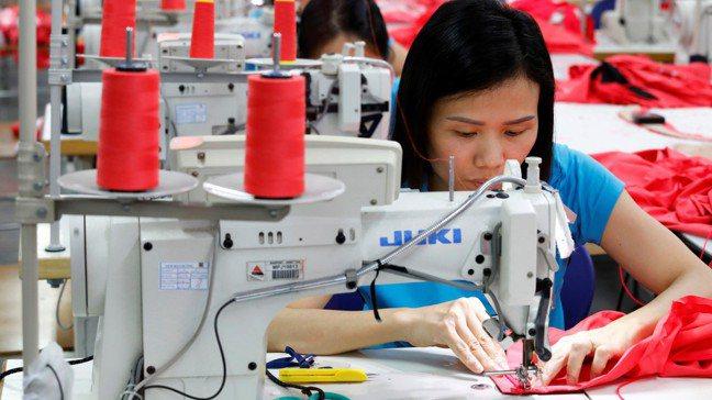 越南河內一家成衣廠,女性員工縫製成衣。圖/路透