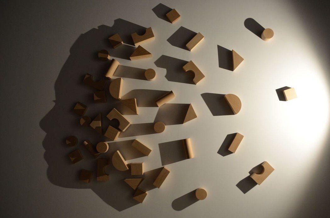 利用木料與光源建構出人臉側面影子。  陳慧明 攝影