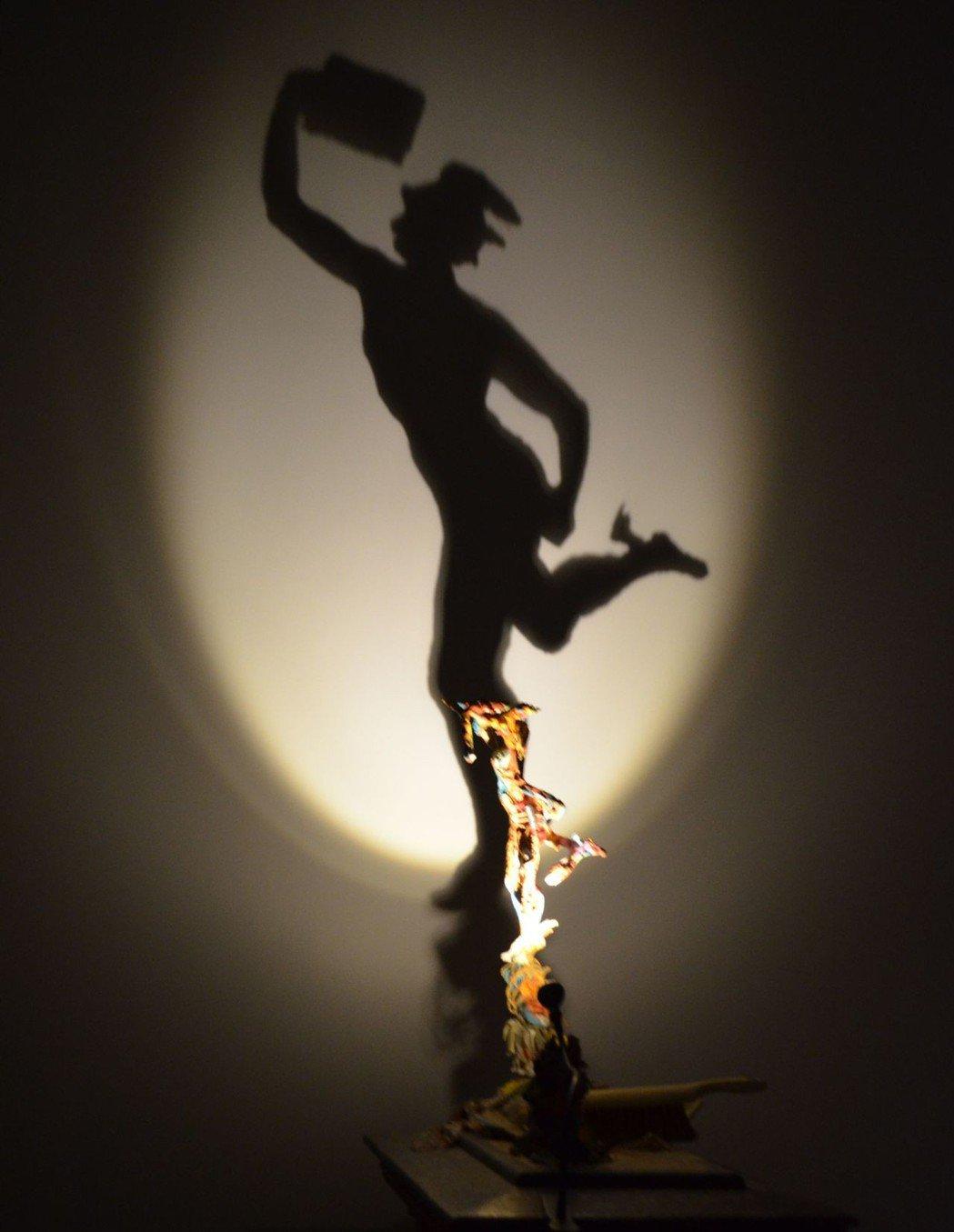 以廢棄卡紙、木材與光源,呈現的影子卻是知名經典雕像。    陳慧明 攝影