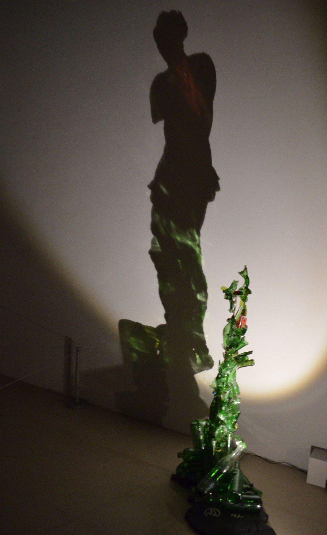 碎玻璃瓶與光源,投射出「著火的維納斯」影子。  陳慧明 攝影