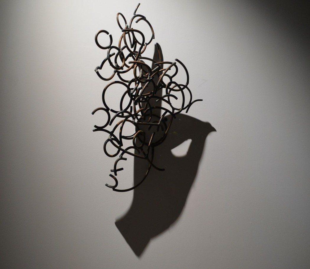 鐵與光線投射出神奇的「影偶」。  陳慧明 攝影