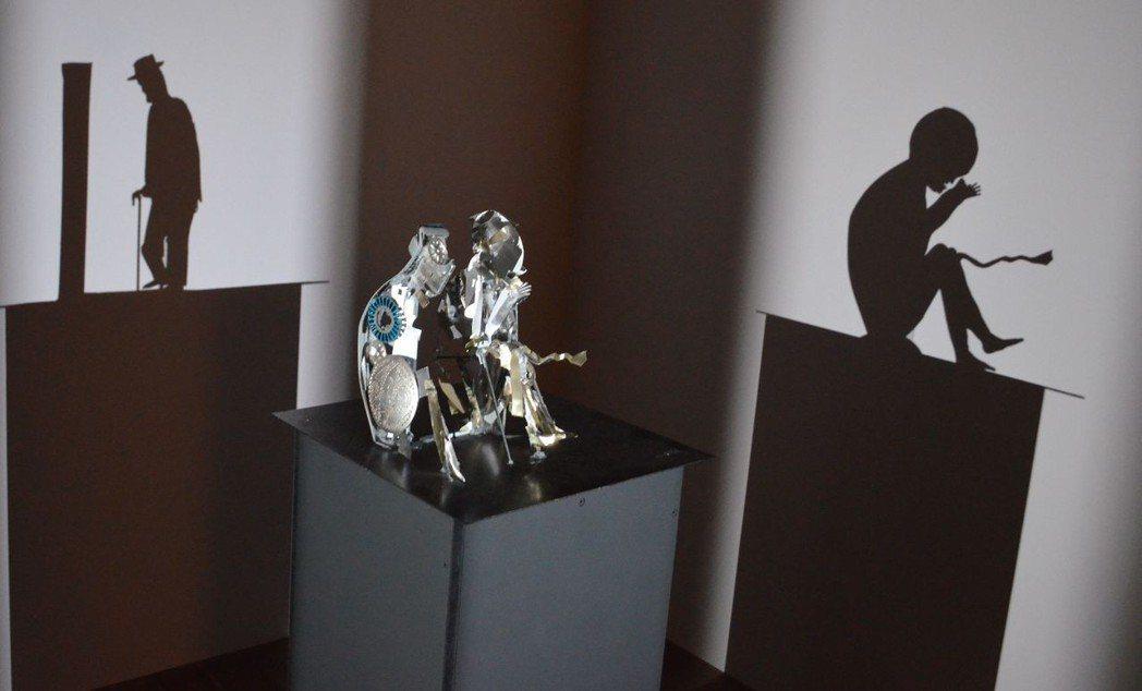 廢棄的金屬投射出暗喻「始終與終始」的老與少影子。  陳慧明 攝影