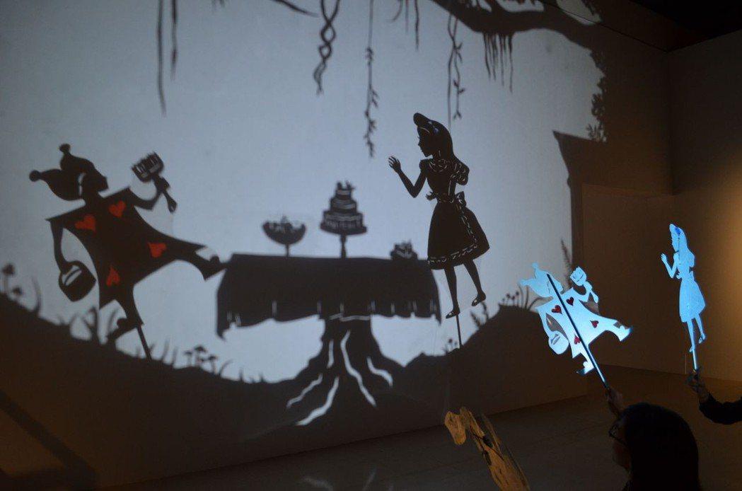 展場設有互動體驗區,大玩影子藝術。  陳慧明 攝影