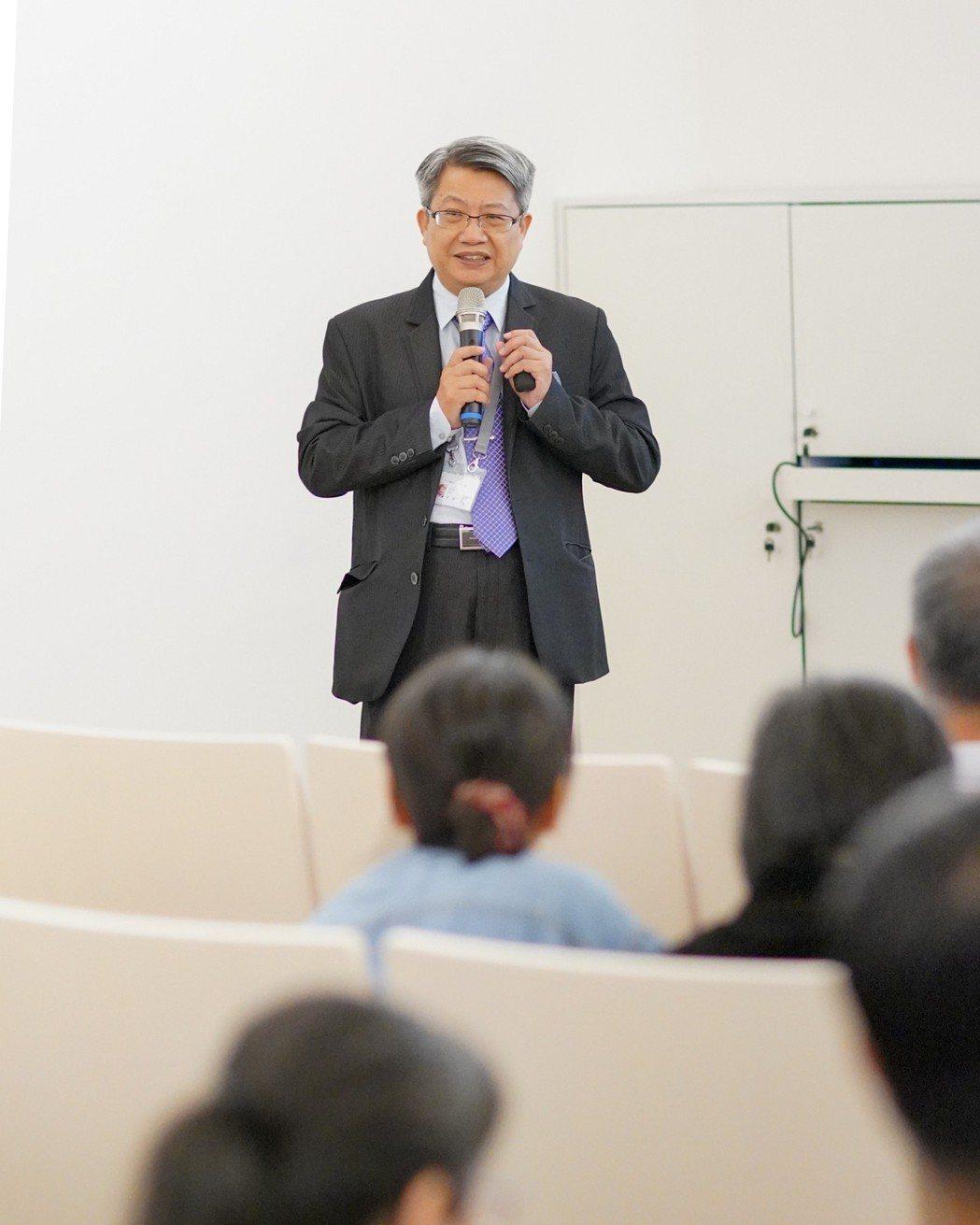 潘襎館長為「知性生活教育巡禮探索營」學員授課。  南美館 提供