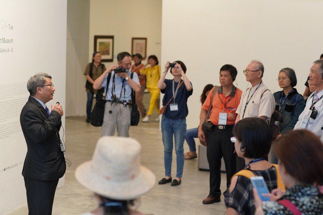 潘襎館長為「知性生活教育巡禮探索營」學員進行導覽。  南美館 提供
