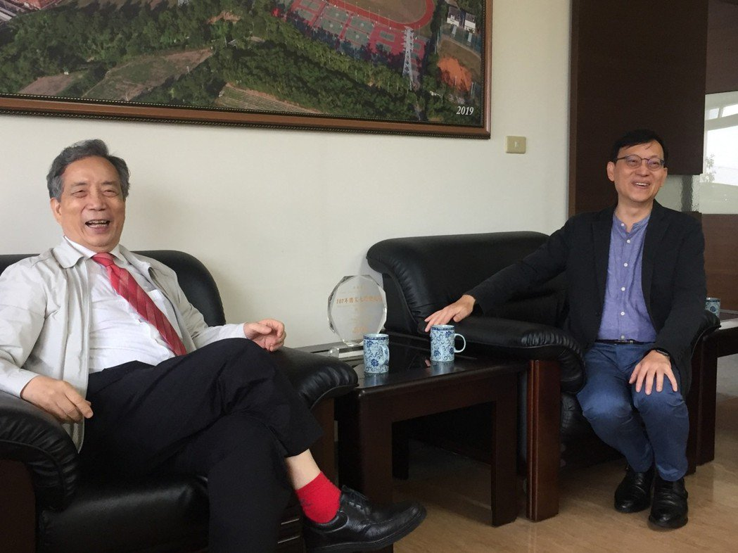 南美館董事長黃光男(左)首次與長榮大學校長李泳龍見面就相談甚歡。  南美館 提供