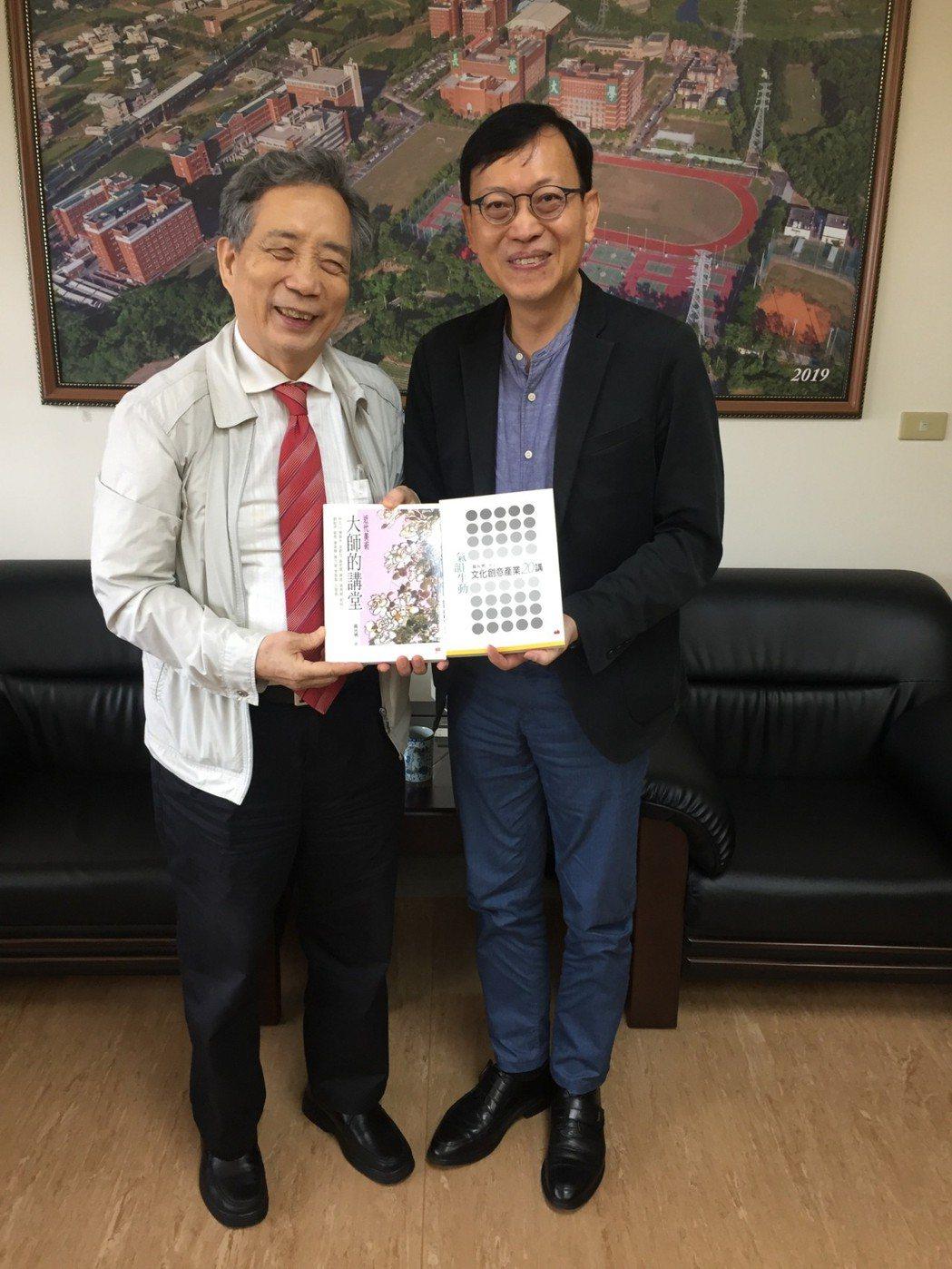 黃光男董事長送上自撰書籍予李泳龍校長。  南美館 提供