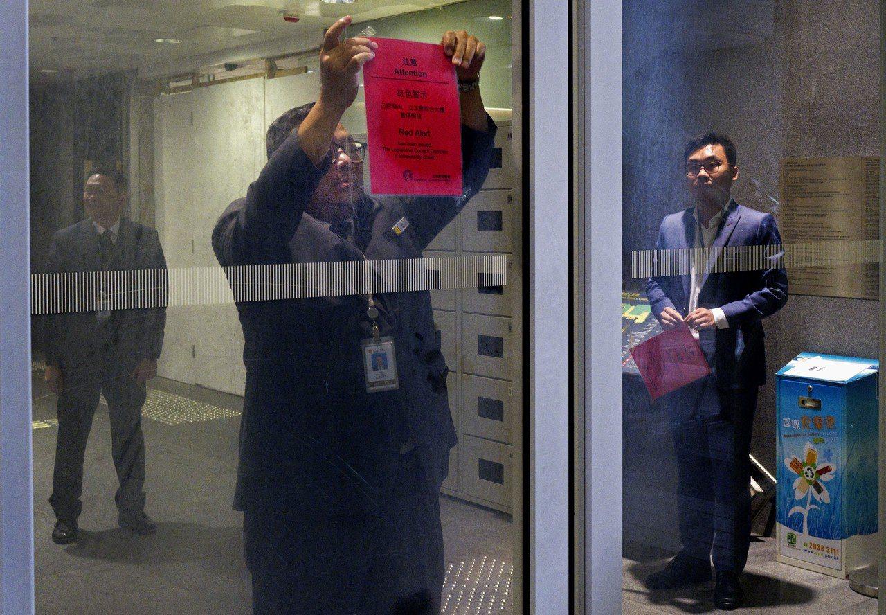 影/香港立法會大樓解除紅色警示 議員稱應先處理民怨問題 美聯社