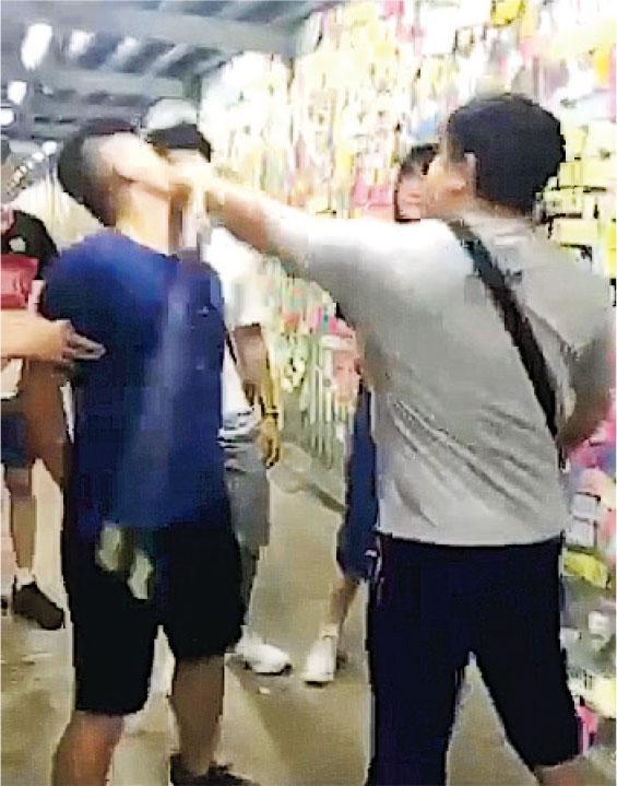 護反送中「藍儂牆」被挨13拳 受傷義工為跆拳道黑帶 (視頻截圖)