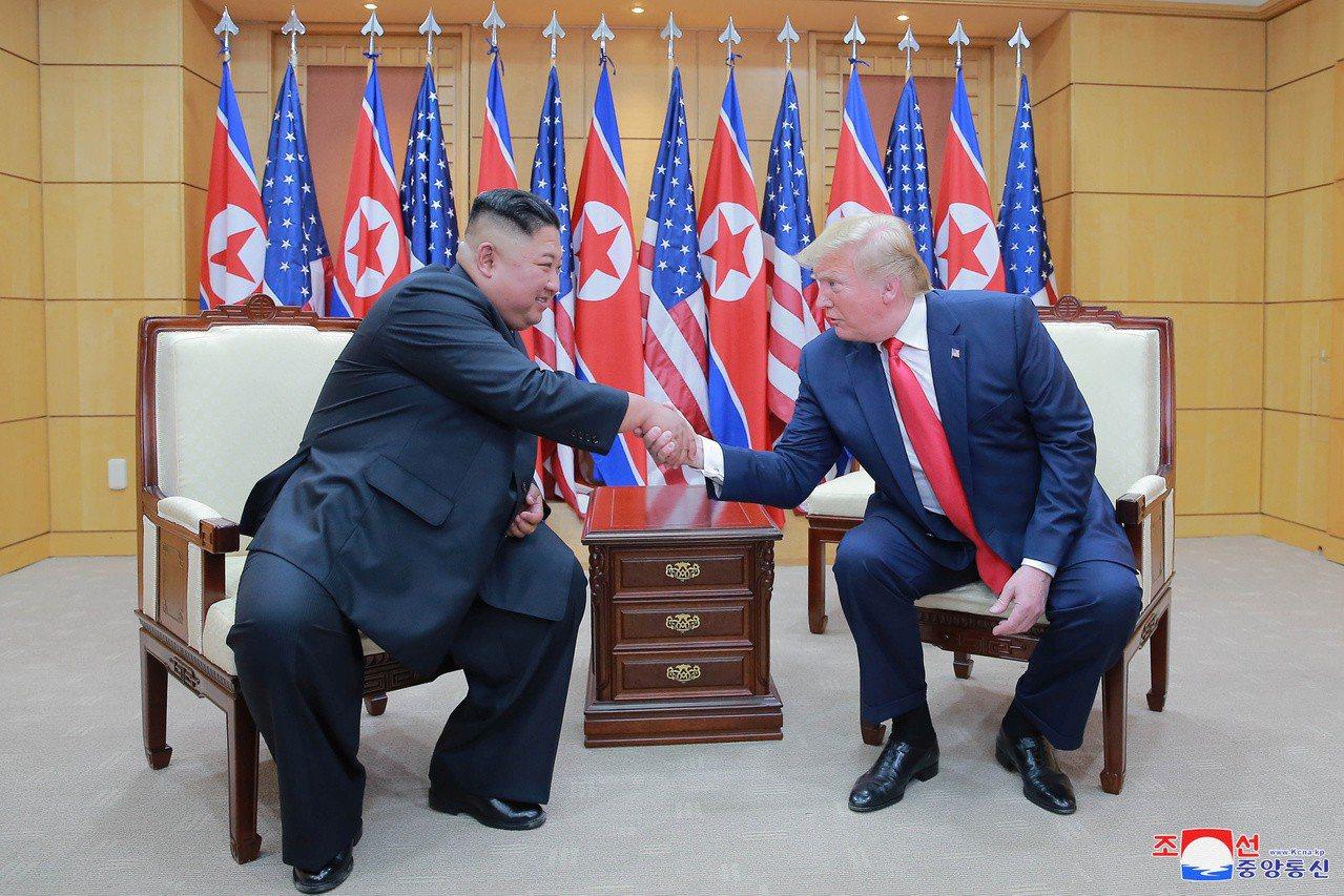 韓聯社根據消息人士說法報導,美國考慮暫停實施對北韓的部分制裁12到18個月,換取...