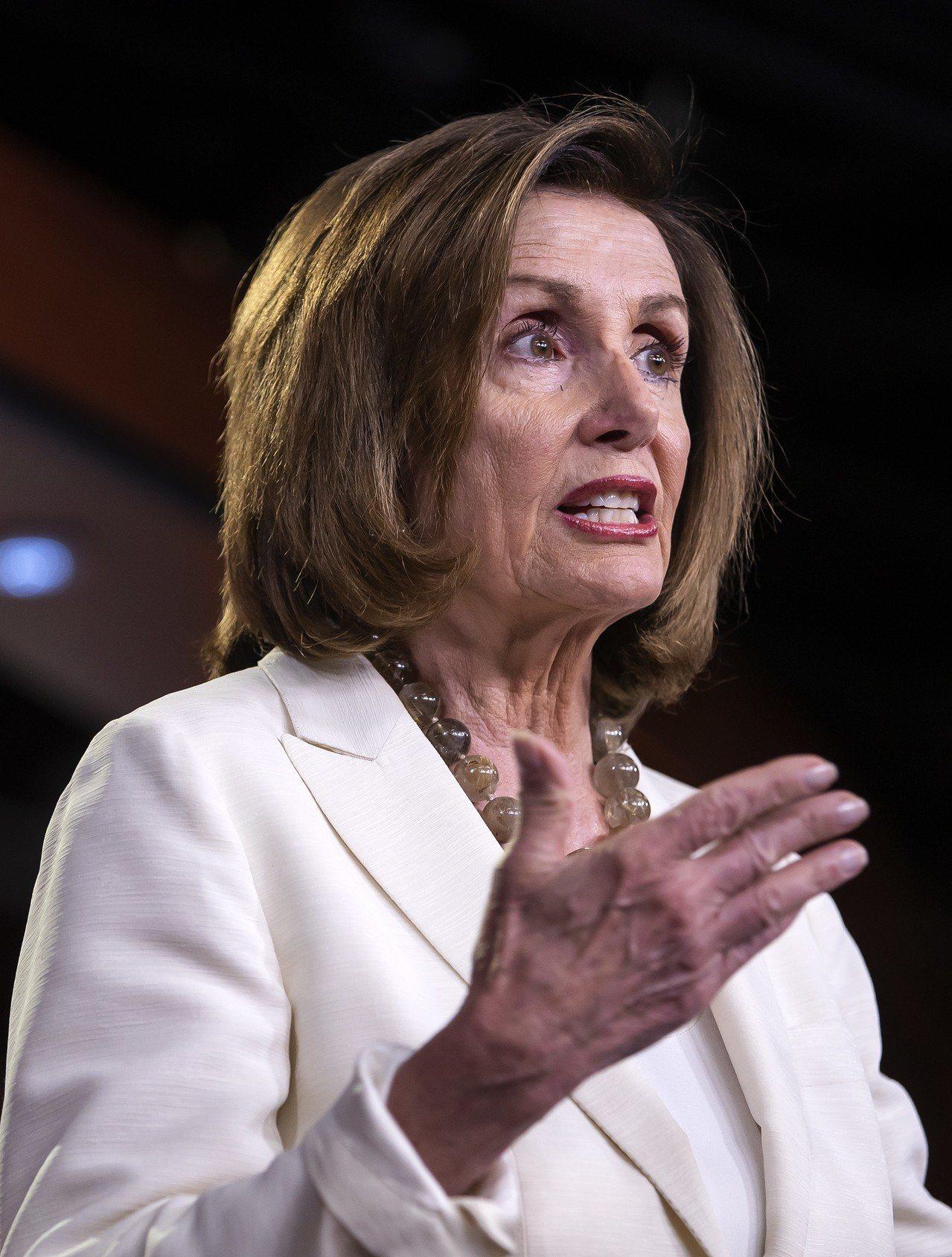 國會眾院議長裴洛西說,遣返令不是搜查令,無權強制進入屋內。她提出具體建議,教無證...