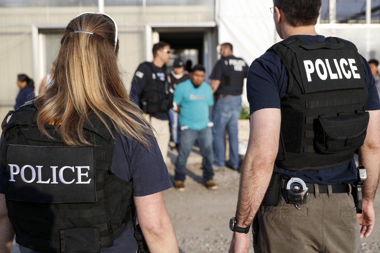 ICE預告,將於14日在美國十個城市驅趕已有遣返令的無證移民。圖為執法人員在俄亥...