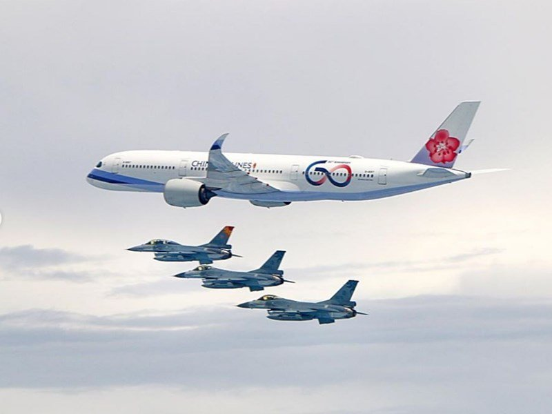蔡英文在Instagram發文「我正在自由民主永續之旅的路上」,並分享空軍出動四...