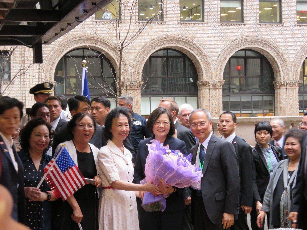 蔡英文在美東時間11日下午抵達紐約,許多台僑到蔡英文下榻飯店歡迎。世界日報記者張...