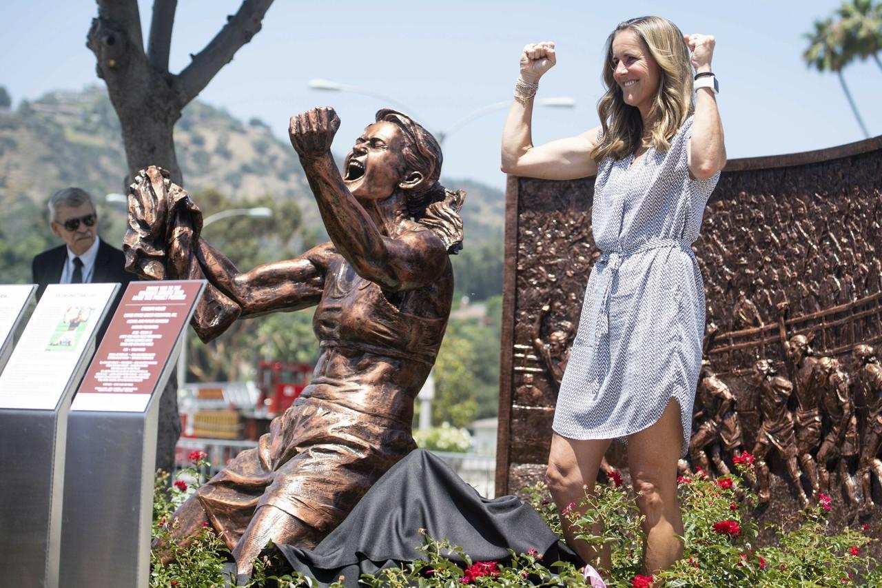 足球/美國女足傳奇銅像揭幕 「脫衣跪地」經典重現